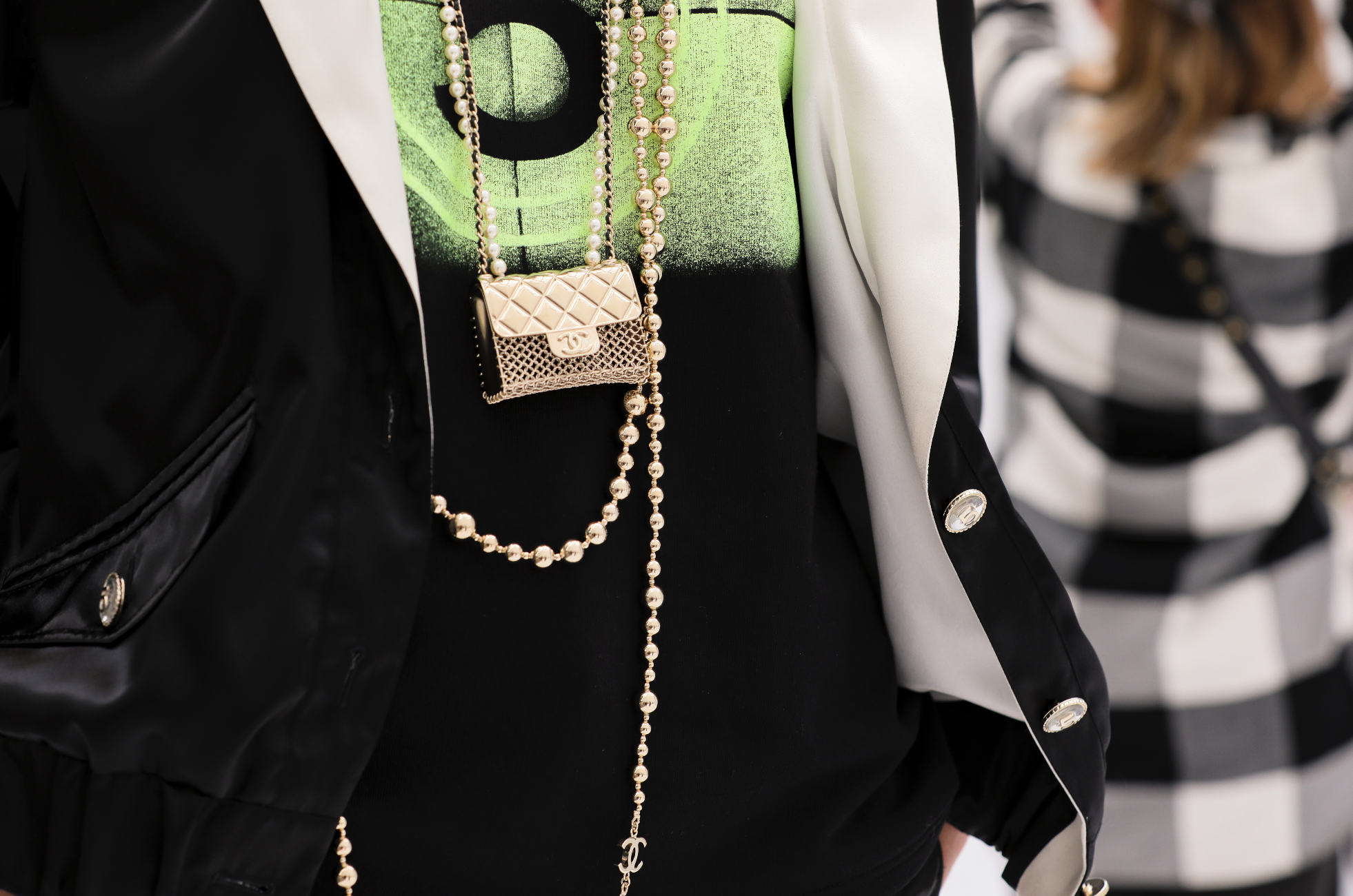 Micro bags, statement jewellery pieces and house icons take centre stage at CHANEL's Spring-Summer 2021 Ready-to-Wear showcase (фото 3)