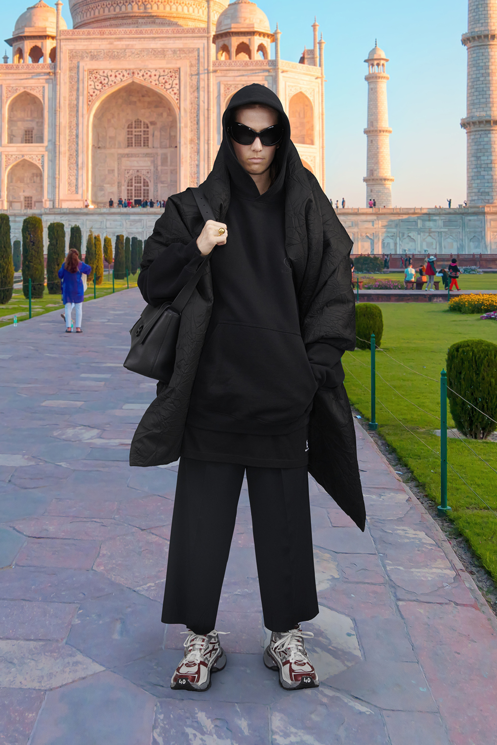 Take a trip around the world with Balenciaga's Winter '21 collection (фото 38)