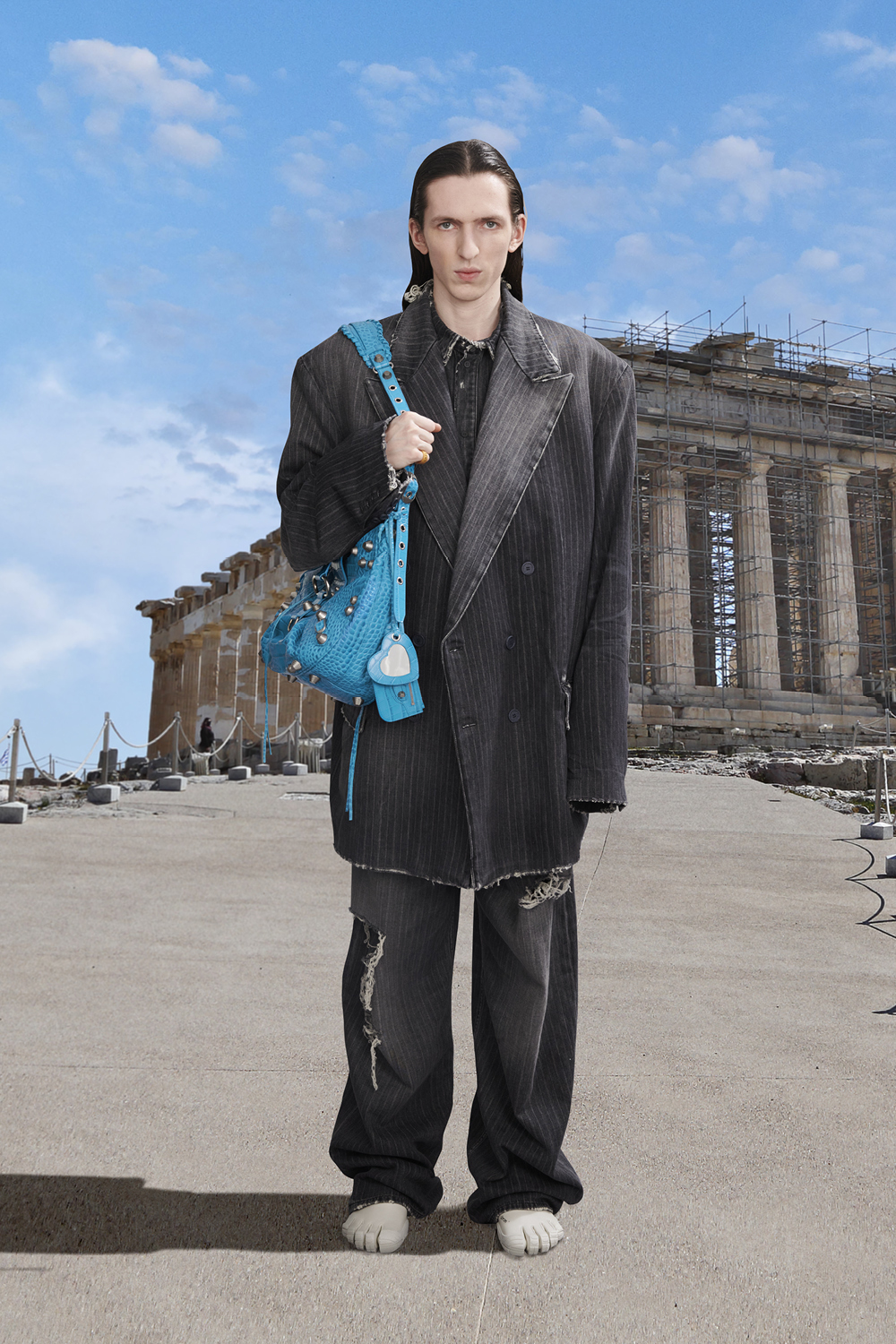 Take a trip around the world with Balenciaga's Winter '21 collection (фото 22)