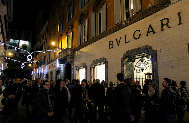 Bulgari debuts Christmas light installation the heart of Rome (фото 1)