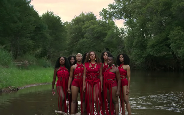 All of the designer outfits from Beyoncé's 'Spirit' music video (фото 3)