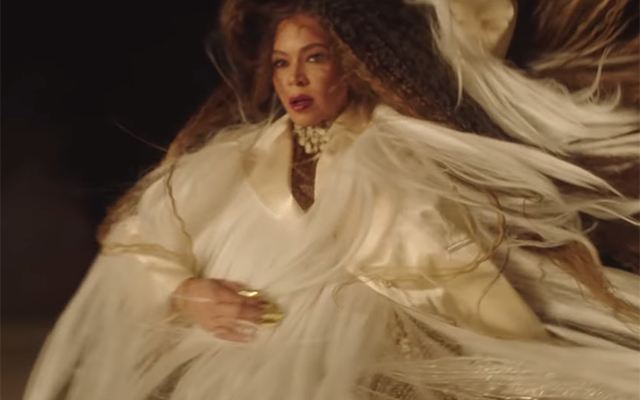 All of the designer outfits from Beyoncé's 'Spirit' music video (фото 6)