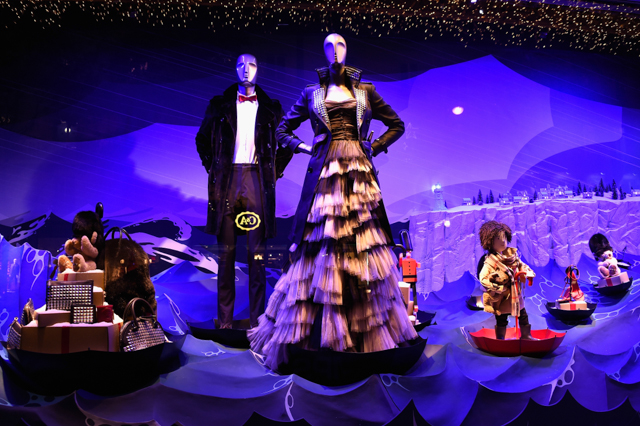 Full look: Burberry's festive window display at Printemps (фото 1)