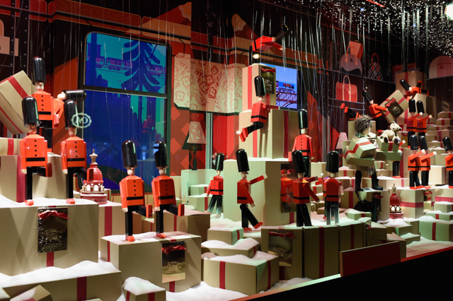 Full look: Burberry's festive window display at Printemps (фото 2)