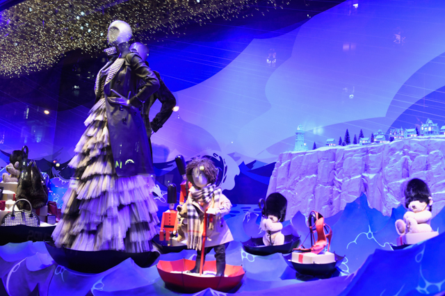 Full look: Burberry's festive window display at Printemps (фото 3)