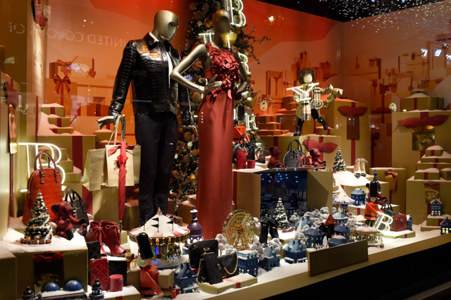 Full look: Burberry's festive window display at Printemps (фото 4)