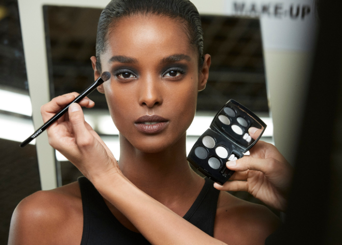 Chanel's latest beauty look proves the return of a black smoky eye (фото 1)