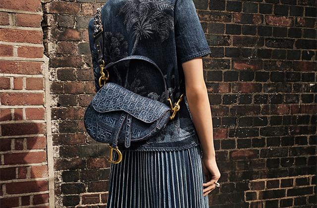 Dior's beloved Saddle bag is now available in embroidered denim (фото 1)
