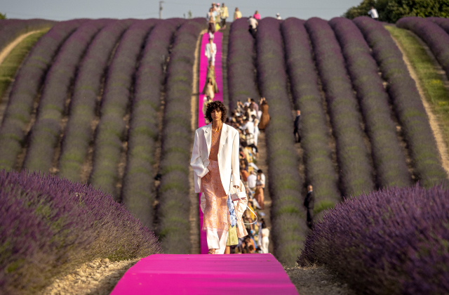 This is why everyone is talking about Jacquemus' anniversary show (фото 1)