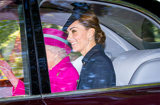 Surprise! Kate Middleton makes an appearance alongside the Queen at Balmoral (фото 1)