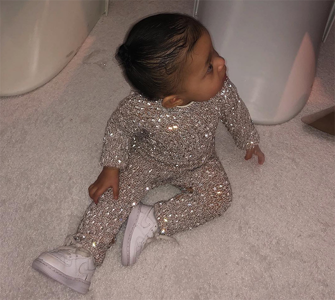Kylie Jenner and Stormi opted for a Kuwaiti designer for the Kardashian Christmas party (фото 1)