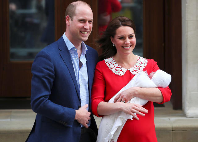 The Duke and Duchess of Cambridge introduce new prince to the world (фото 1)