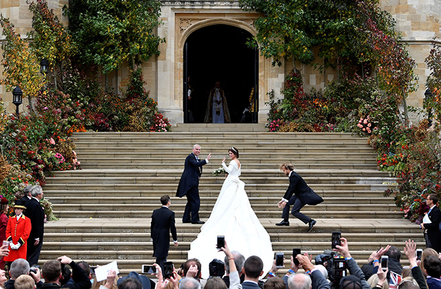 Just in: Princess Eugenie wears Peter Pilotto to marry Jack Brooksbank (фото 1)