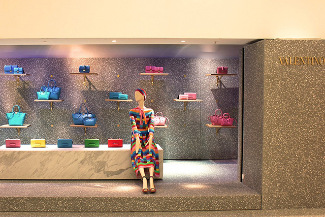 Valentino launches luxury pop-up store in Harrods (фото 1)