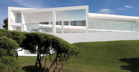 The all-white Infinity House by AABE