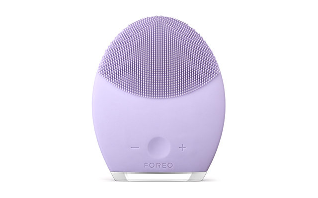 Foreo Luna 2: This particular product helps to minimise the appearance of blemishes while effectively addressing concerns related to skin ageing. It is the perfect way to get rid of any face impurities.